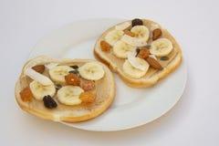 Desayuno o bocado del bocadillo de la mantequilla de cacahuete en el fondo blanco imagen de archivo libre de regalías