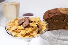 Desayuno o brunch con los cereales, el queso, y las tortas Fotos de archivo