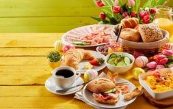 Desayuno o brunch de la comida fría de Pascua imágenes de archivo libres de regalías