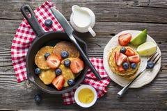 Desayuno o brunch hecho en casa: crepes americanas del estilo servidas con las bayas Imagen de archivo
