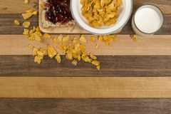 Desayuno, pan, atasco, y copos de maíz fáciles de la mañana Fotografía de archivo