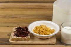 Desayuno, pan, atasco, y copos de maíz fáciles de la mañana Fotos de archivo
