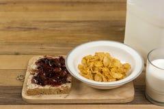 Desayuno, pan, atasco, y copos de maíz fáciles de la mañana Imagenes de archivo
