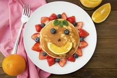 Desayuno para los niños Sol americano hecho en casa de la crepe, con los arándanos, las fresas y el zumo de naranja frescos Fondo fotos de archivo libres de regalías