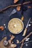 Desayuno, pila de crepes con mantequilla, en la tabla de madera fotos de archivo