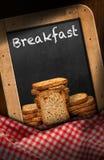 Desayuno - pizarra con los bizcochos tostados Foto de archivo