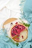 Desayuno plano de la endecha en cama con el pastel de queso de la frambuesa, té de la menta Foto de archivo libre de regalías