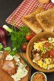 Desayuno por completo de la proteína Huevos revueltos y tocino Una comida calurosa para los atletas Receta hecha en casa para los Foto de archivo libre de regalías
