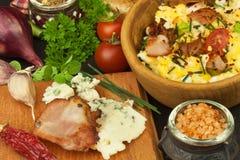 Desayuno por completo de la proteína Huevos revueltos y tocino Una comida calurosa para los atletas Receta hecha en casa para los Imagenes de archivo