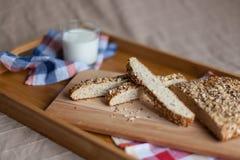 Desayuno que consiste en el pan y la leche fotografía de archivo