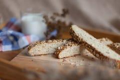 Desayuno que consiste en el pan y la leche imágenes de archivo libres de regalías