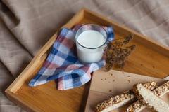 Desayuno que consiste en el pan y la leche foto de archivo