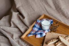 Desayuno que consiste en el pan y la leche Imagenes de archivo
