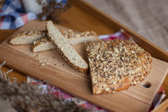 Desayuno que consiste en el pan y la leche Foto de archivo libre de regalías