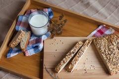 Desayuno que consiste en el pan y la leche Fotografía de archivo libre de regalías