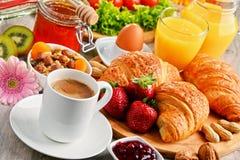 Desayuno que consiste en los cruasanes, café, frutas, zumo de naranja Foto de archivo libre de regalías