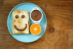 Desayuno que sirve la cara divertida en la placa fotos de archivo