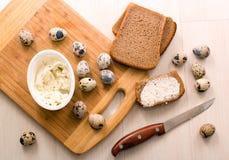 Desayuno rápido - huevos de codornices, pan de centeno y queso Imagenes de archivo