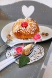 Desayuno romántico: bollo francés dulce en la bandeja gris con el corazón Foto de archivo