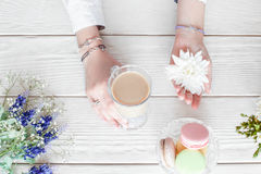 Desayuno romántico de la mujer, café con los macarrones Imagenes de archivo