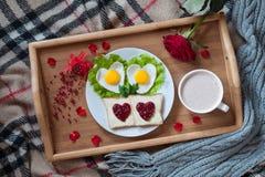 Desayuno romántico del día de tarjetas del día de San Valentín en cama con fotos de archivo