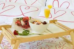Desayuno romántico en cama Fotografía de archivo libre de regalías