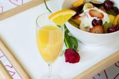 Desayuno romántico en cama Fotos de archivo