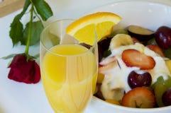 Desayuno romántico en cama Foto de archivo