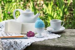 Desayuno romántico en el pueblo en al aire libre Imagen de archivo libre de regalías