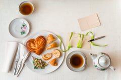 Desayuno romántico en la opinión de sobremesa blanca Fotografía de archivo libre de regalías