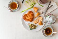 Desayuno romántico en la tabla blanca horizontal Foto de archivo libre de regalías