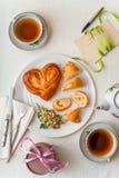 Desayuno romántico en la vertical blanca de la tabla Imagen de archivo libre de regalías