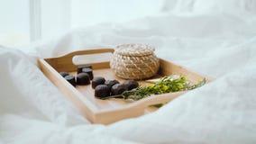 Desayuno romántico en lecho en casa Bandeja de madera con el jugo y los dulces en la cama metrajes