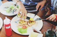 Desayuno romántico, huevos fritos en forma de corazón con la salchicha con la tostada Foto de archivo libre de regalías