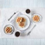 Desayuno romántico para dos Día del `s de la tarjeta del día de San Valentín Imagen de archivo libre de regalías