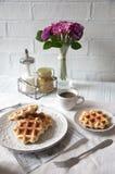Desayuno romántico para dos Día del `s de la tarjeta del día de San Valentín Imagen de archivo