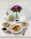Desayuno romántico para dos Día del `s de la tarjeta del día de San Valentín Fotos de archivo