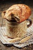Desayuno rural con leche y pan Fotos de archivo