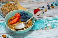 Desayuno rural del estilo del granola preparado fotos de archivo libres de regalías
