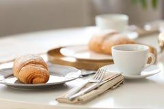 Desayuno sabroso con el cruasán y la taza de café frescos Imagenes de archivo