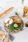 Desayuno sabroso de la mañana con los cruasanes y el queso en la tabla fotografía de archivo libre de regalías