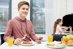 Desayuno sabroso del adolescente Foto de archivo