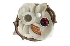 Desayuno sabroso para uno en una bandeja de mimbre rústica Imagenes de archivo