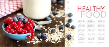 Desayuno sano - bayas frescas, cereales y yogur natural Imágenes de archivo libres de regalías