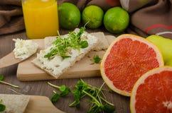 Desayuno sano, biscote curruscante con el queso cremoso orgánico Fotos de archivo