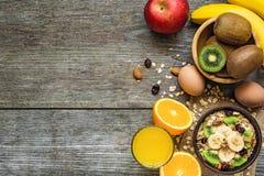 Desayuno sano con el cuenco de harina de avena, de frutas, de huevo y de jugo hechos en casa Imagen de archivo