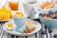 Desayuno sano con el huevo Imagenes de archivo