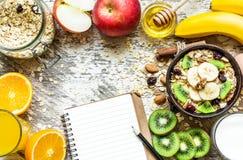 Desayuno sano con el libro de la receta Fotografía de archivo libre de regalías