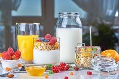Desayuno sano con el muesli, leche, yogur, fruta fotografía de archivo libre de regalías