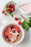 Desayuno sano con el muesli y las cerezas, topview Fotografía de archivo